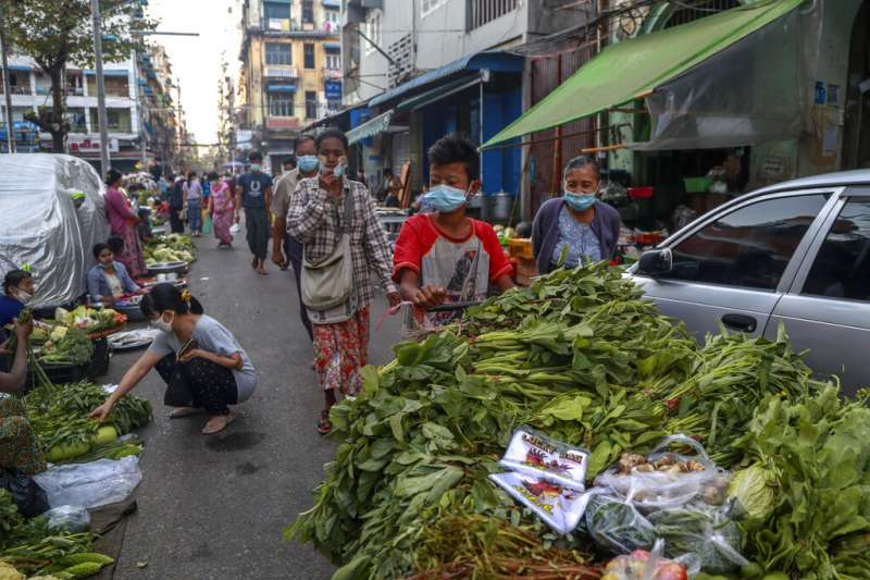 緬甸軍方發動政變後,2月2日的仰光街頭看似一切如常。(美聯社)