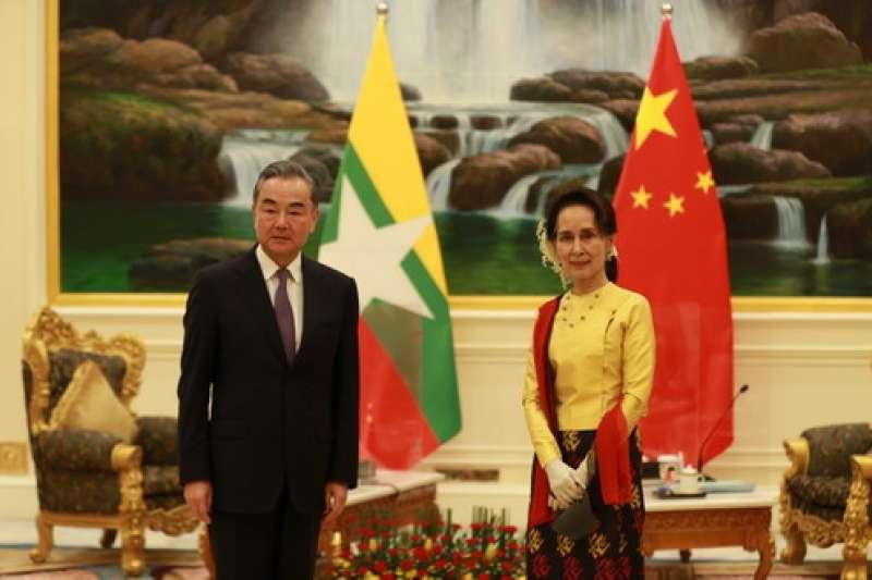 中國外交部長王毅1月11日與緬甸國務資政翁山蘇姬會面。(中國外交部)