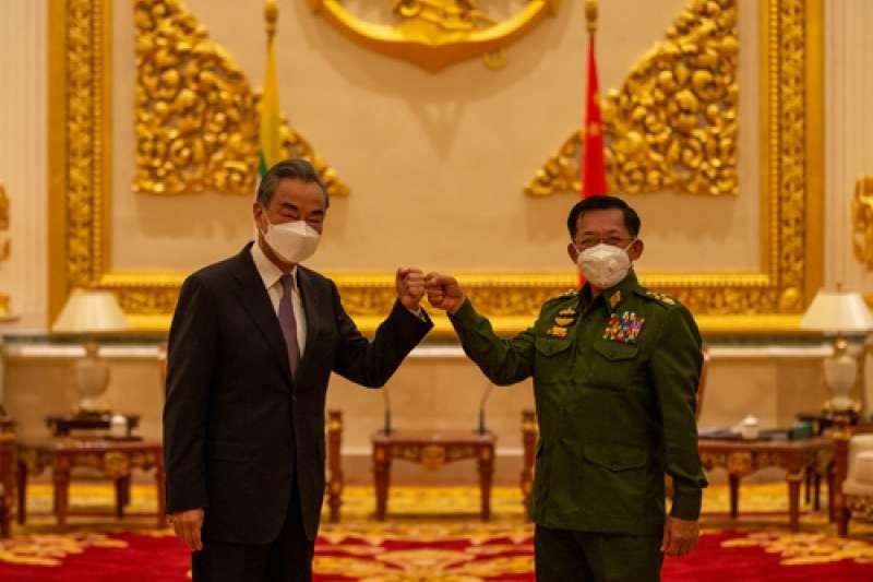中國外交部長王毅1月12日與緬甸國防軍總司令敏昂萊會面。(中國外交部)