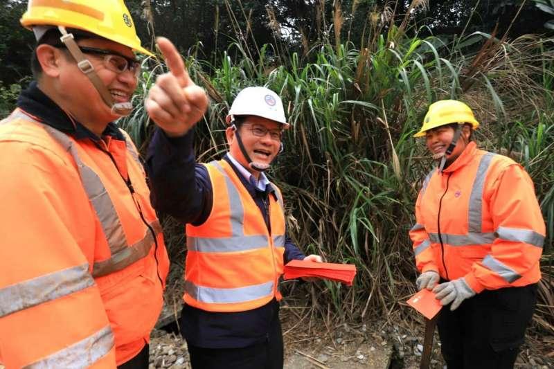 20210202-交通部長林佳龍(中)2日前往視察台鐵宜蘭線瑞芳、猴硐站間坍方軌道搶通進度。(台鐵局提供)