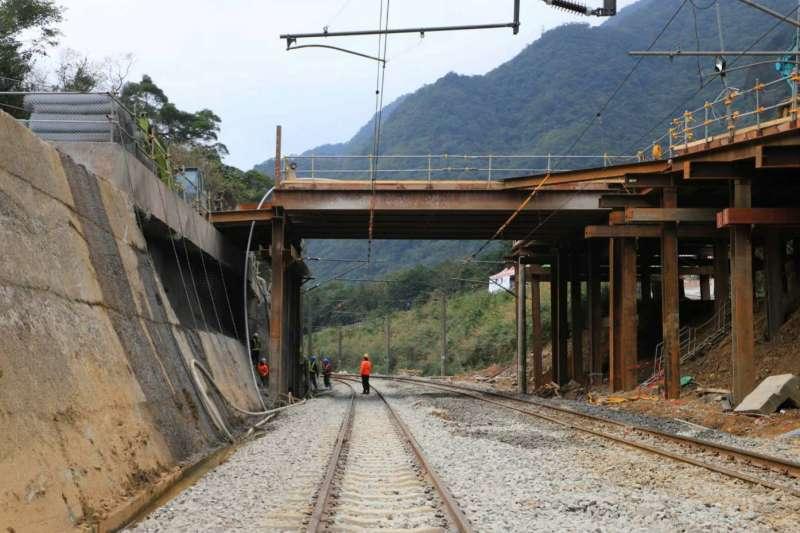 台鐵宜蘭線瑞芳、猴硐站間坍方軌道預計在3日恢復正常通行。(台鐵局提供)