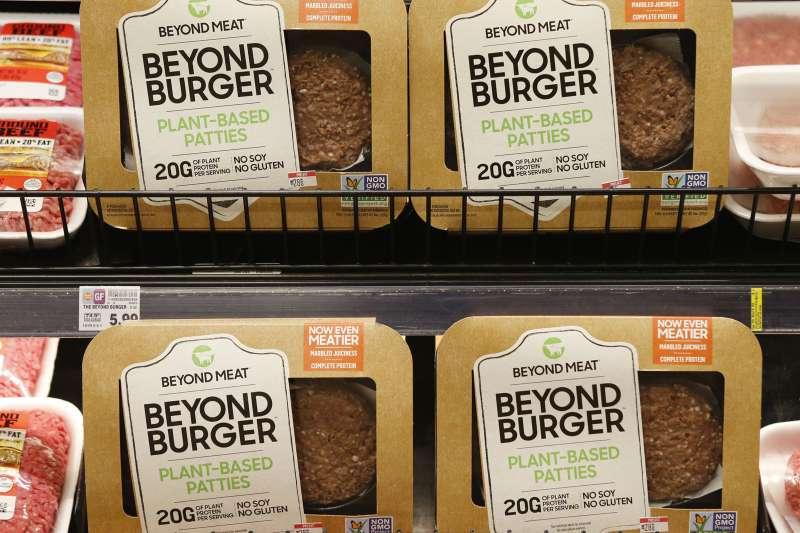 超越肉品(Beyond Meat)把植物肉做的跟真肉一樣,讓人們更願意吃素肉。(美聯社)
