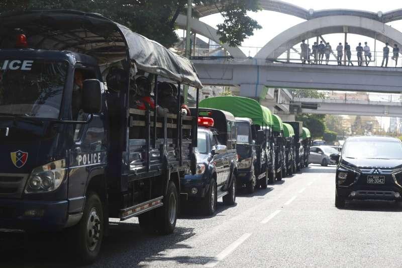 2月1日,在緬甸軍方宣布控制政權後,一輛輛載有警察的卡車停靠在仰光街頭。(美聯社)