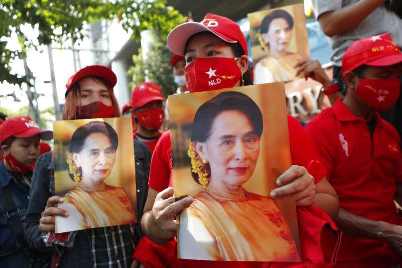 旅居泰國的緬甸民眾在曼谷街頭聲援遭到逮捕的翁山蘇姬。(美聯社)