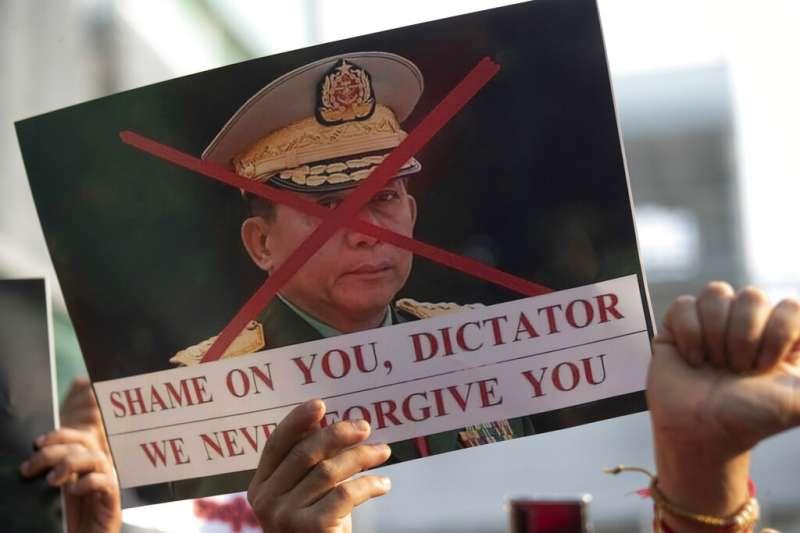 旅居泰國的緬甸民眾在曼谷街頭聲援遭到逮捕的翁山蘇姬,並且嚴厲譴責發動政變的國防軍總司令敏昂萊。(美聯社)