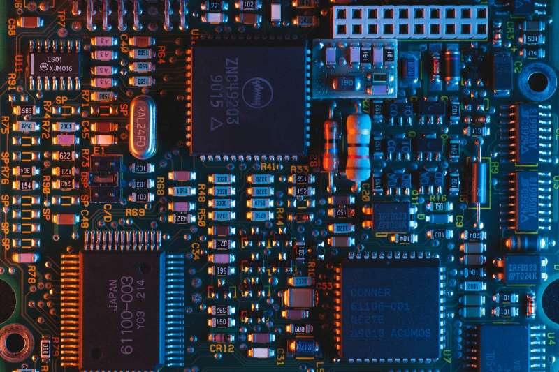 電腦市場需求強勁,5G市場快速成長,及車用市場復甦,晶圓代工產能供不應求,廠商紛紛擴大投資。 (圖/unsplash)