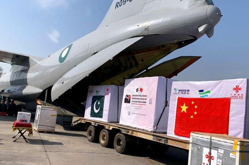 疫苗外交。巴基斯坦空軍一架運輸機2月1日抵達努爾汗空軍基地,卸下由中國國藥提供的新冠疫苗。(美聯社)