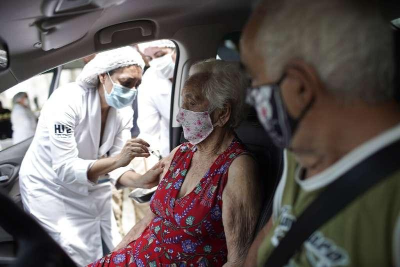 一位巴西老婦接受中國科興研發的新冠疫苗注射。(美聯社)
