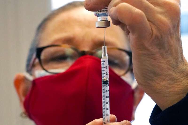 隨著新冠疫苗的開發,是否發行疫苗護照在國際間也引起熱議。(資料照,美聯社)
