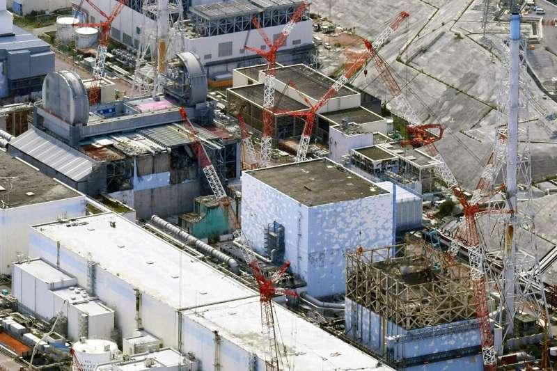 這張2017年9月4日的航拍照片,顯示了福島第一核電廠的反應爐,其右下角分別為1號機組,2號機組和3號機組。(美聯社)