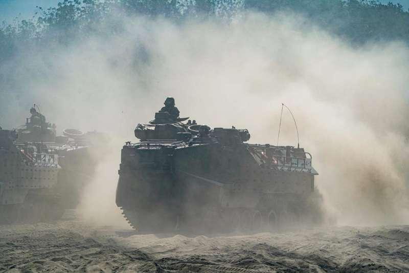 海軍司令部官方臉書稍早發布登車大隊訓練圖文,所屬AAV-7A1兩棲突擊車泛水、馳騁沙灘畫面震撼曝光。(取自中華民國海軍臉書)