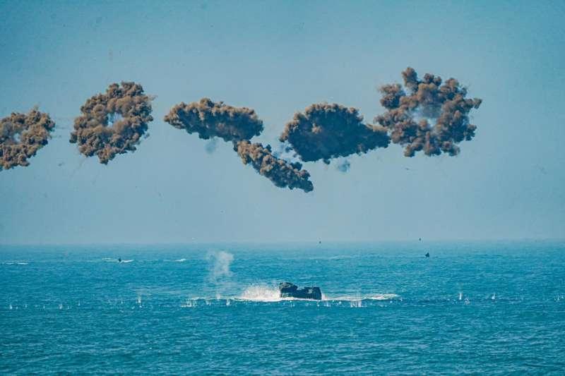 20210202-海軍司令部官方臉書稍早發布登車大隊訓練圖文,所屬AAV-7A1兩棲突擊車泛水、馳騁沙灘畫面震撼曝光。(取自中華民國海軍臉書)
