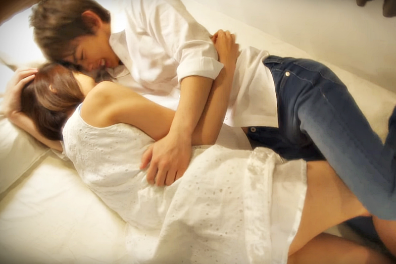 做愛前先試著與對方親密接吻,更能增加情趣。(示意圖非本人/翻攝自youtube)