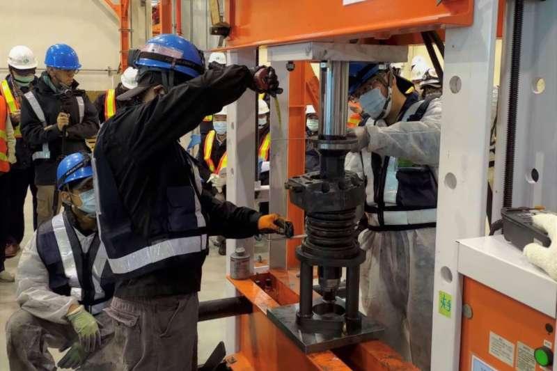 捷運綠線新軸心組裝作業已如期完成,2批軸心檢測報告出爐,降伏強度、抗拉強度及硬度與第1批均符合設計標準。(圖/台中市政府)
