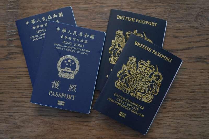 香港特區護照和英國BNO護照(AP)