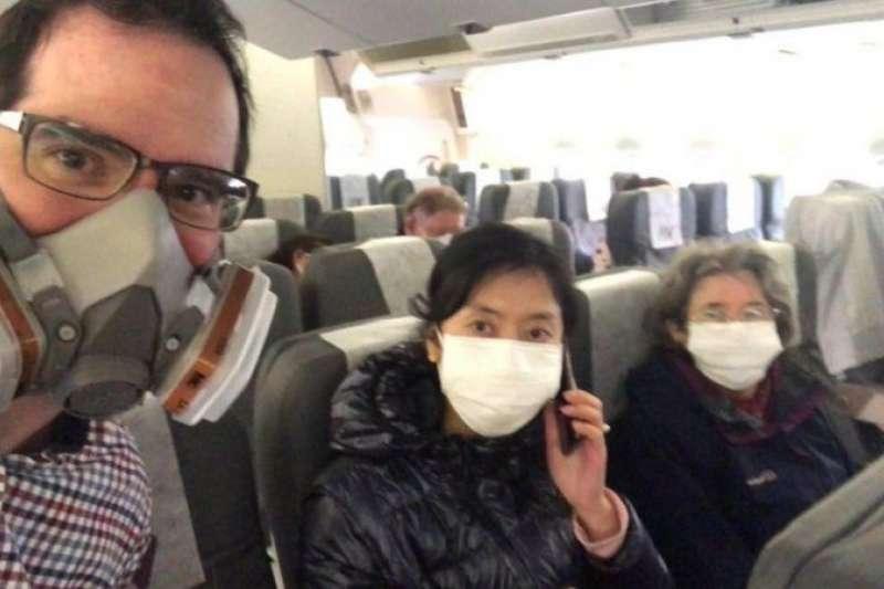 馬特・羅和中國籍妻子及他的母親從武漢搭上撤僑包機。(BBC中文網)