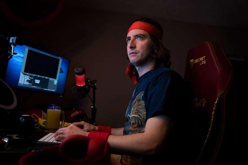 基爾在他波士頓郊外家中的地下室裡,他通常在這裏進行YouTube直播。(KAYANA SZYMCZAK FOR THE WALL STREET JOURNAL)