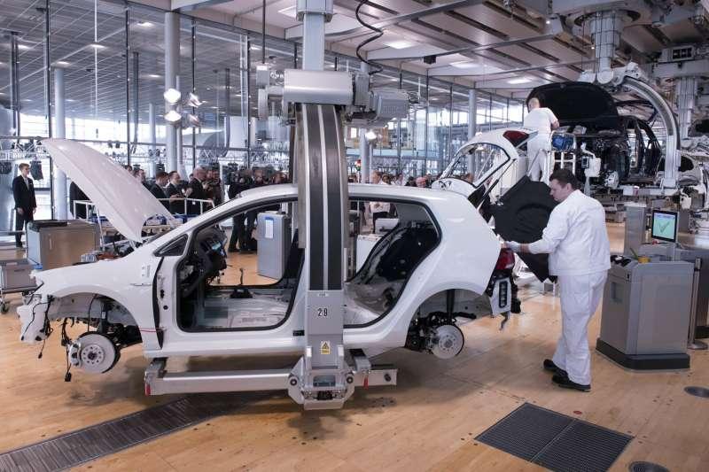 晶片缺貨將造成汽車業龐大產值損失,讓有汽車工業的國家緊張。(美聯社)