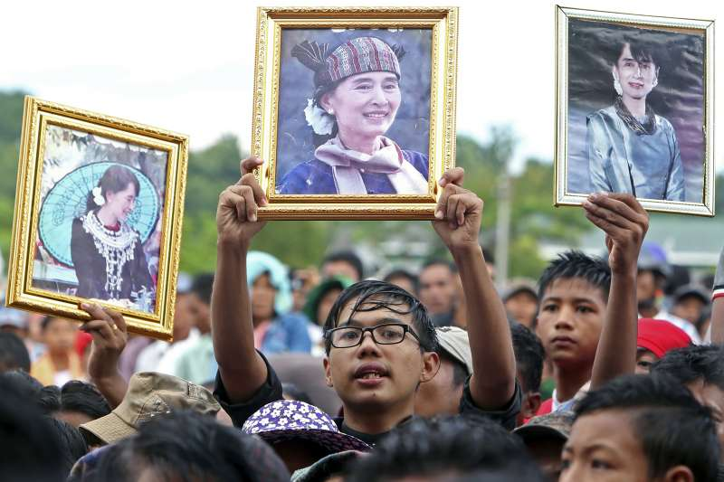 2021年2月1日,緬甸軍方發動軍事政變囚禁翁山蘇姬,圖為海外緬甸公民持翁山蘇姬照片抗議。(AP)
