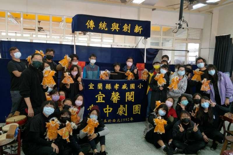 秋野芒劇團的大學生志工們和宜蘭縣孝威國小的孩子交流傳統布袋戲(秋野芒)