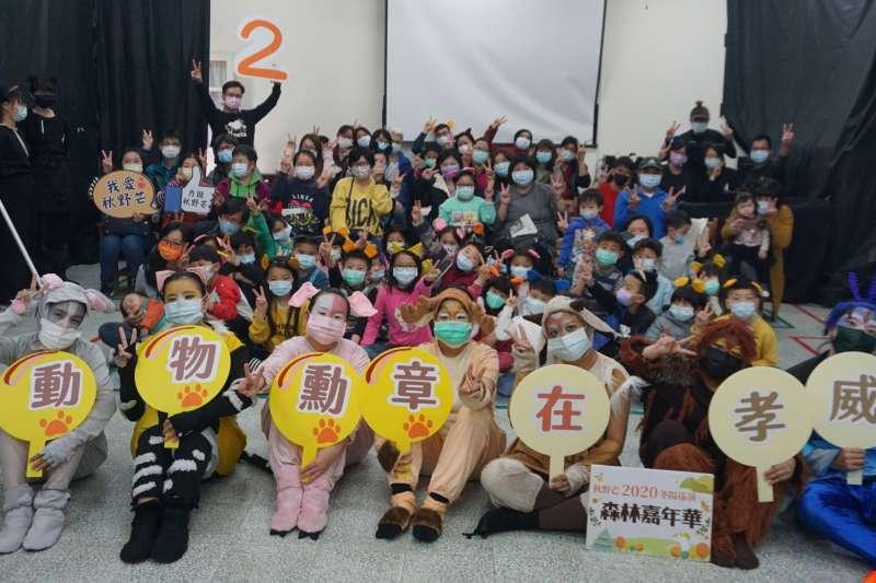 秋野芒劇團連續十四天環島巡迴演出十場公益兒童劇,從屏東到宜蘭,從雲林的海邊到南(秋野芒)