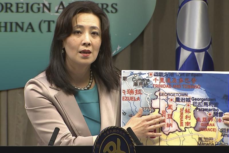 2021年2月4日,台灣宣布在蓋亞那設館,圖為我國外交部發言人歐江安介紹蓋亞那(AP)