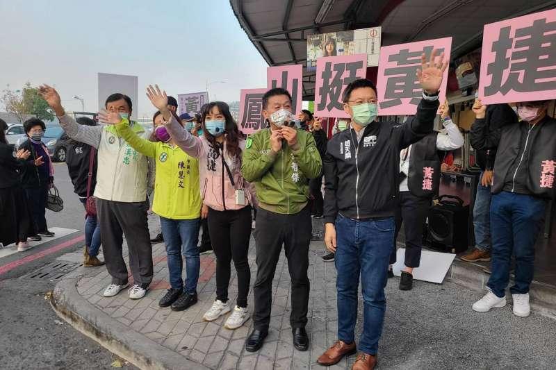 高雄市議員黃捷(右三)罷免案投票將至,綠委許智傑(右二)近期頻幫黃捷站台宣傳。(取自許智傑臉書)