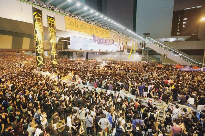 2014年9月香港示威人士為爭取香港特首選舉落實真普選,自發佔據了靠近政府總部的多條主要幹道,開啟長達79天的雨傘運動。(林旻萱攝)