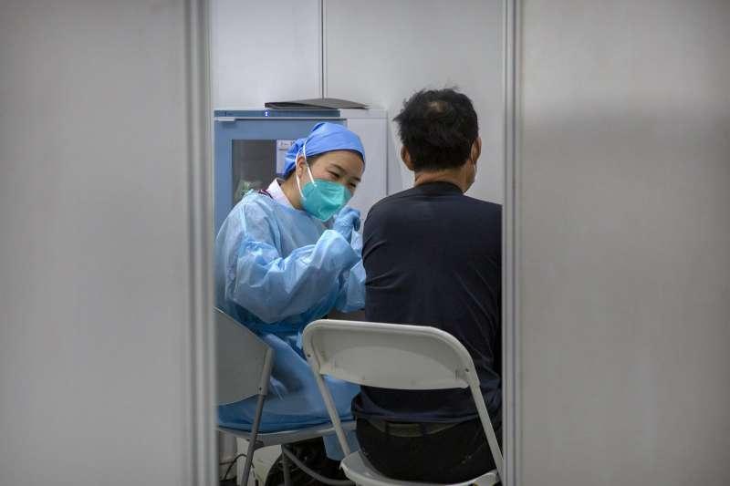 針對是否承認中國疫苗的效力,陳時中29日赴立法院衛環委員會備詢前受訪時強調,他沒有承認,只是「不排斥」。(資料照,美聯社)
