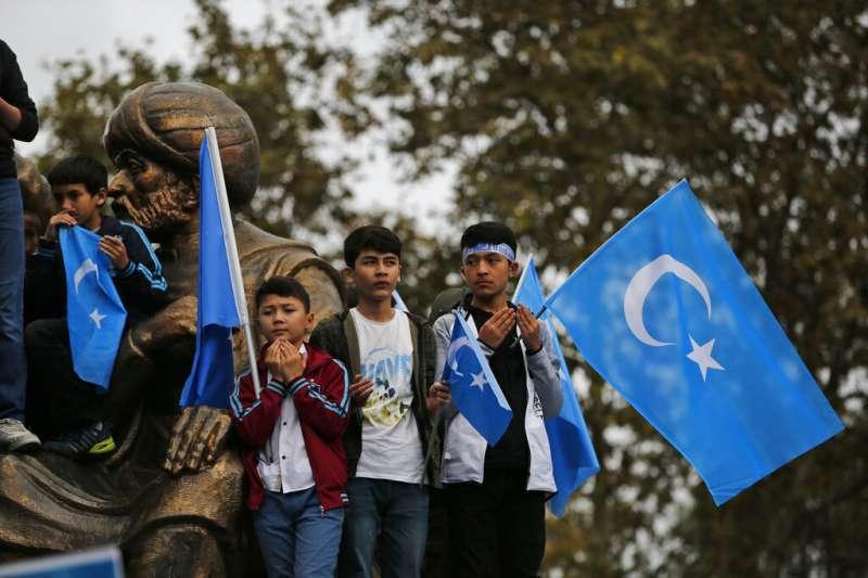 土耳其的維吾爾人聚集抗議中國政府壓迫新疆的維吾爾人,並且高舉「東突厥斯坦」的旗幟。(美聯社)