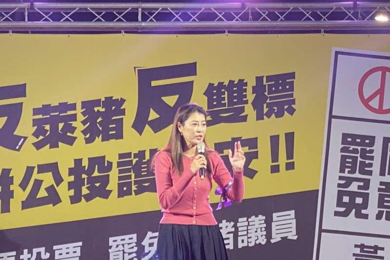 國民黨立委許淑華在「反萊豬反雙標、拼公投護食安」晚會宣傳罷捷。(國民黨立院黨團提供)