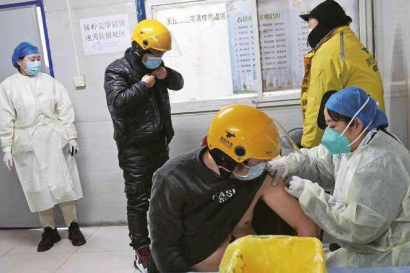 台灣人接種大陸疫苗的議題上陷入口水戰。(多維TW提供)