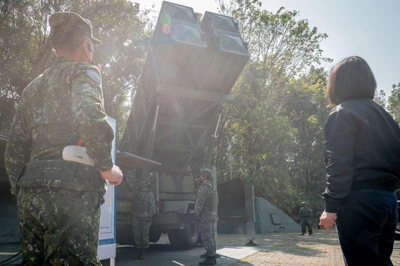 總統蔡英文(右)4日前往視察空軍防空飛彈指揮部612營1連。 (取自軍聞社)
