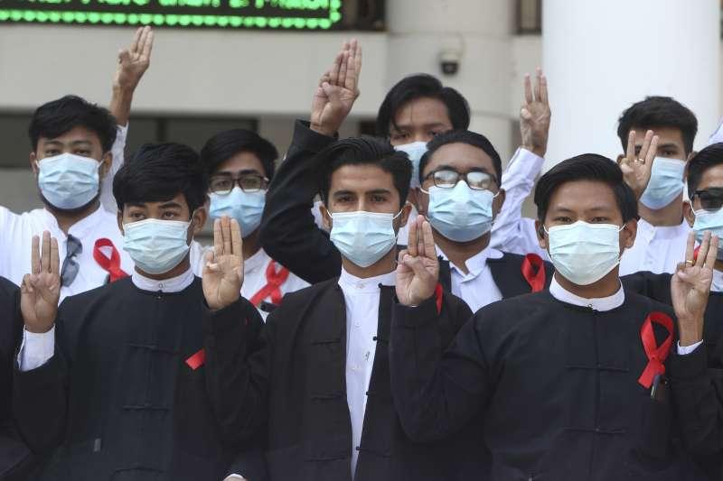 2021年2月1日,緬甸軍方發動政變,許多民眾走上街頭抗議,以「豎三指」手勢聲援遭囚禁的翁山蘇姬(AP)