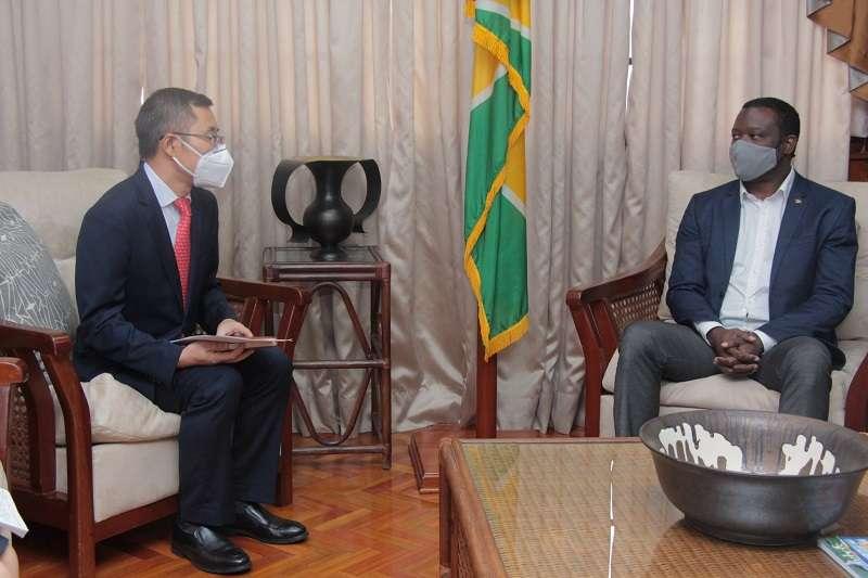 蓋亞那外交部長陶德(右)會見中國駐蓋亞那大使館臨時代辦陳錫來(左),感謝中國致贈2萬劑新冠疫苗。(翻攝自Hugh Todd臉書)
