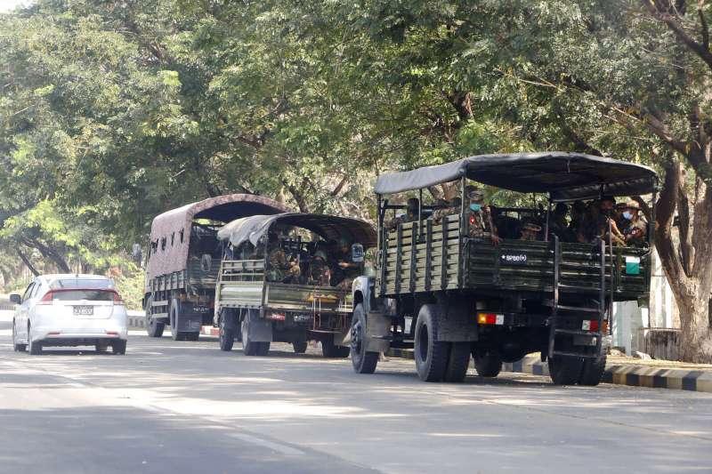 緬甸首都奈比都街上的軍人(AP)