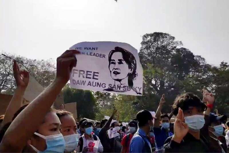 支持翁山蘇姬的抗議者7日走上街頭,反對軍方接管緬甸最大城市仰光,並且要求立即釋放翁山蘇姬。(美聯社)