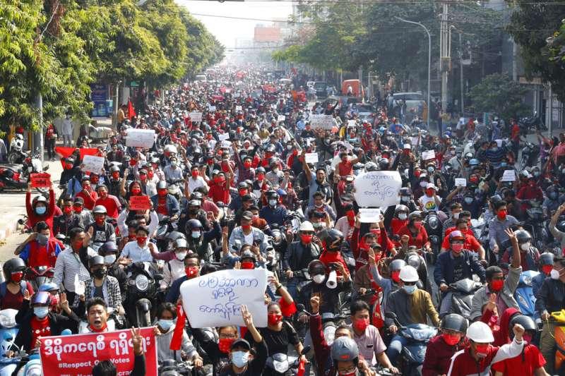支持翁山蘇姬的抗議者7日在仰光發動大規模抗議,反對軍方發動政變,並且要求立即釋放翁山蘇姬。(美聯社)