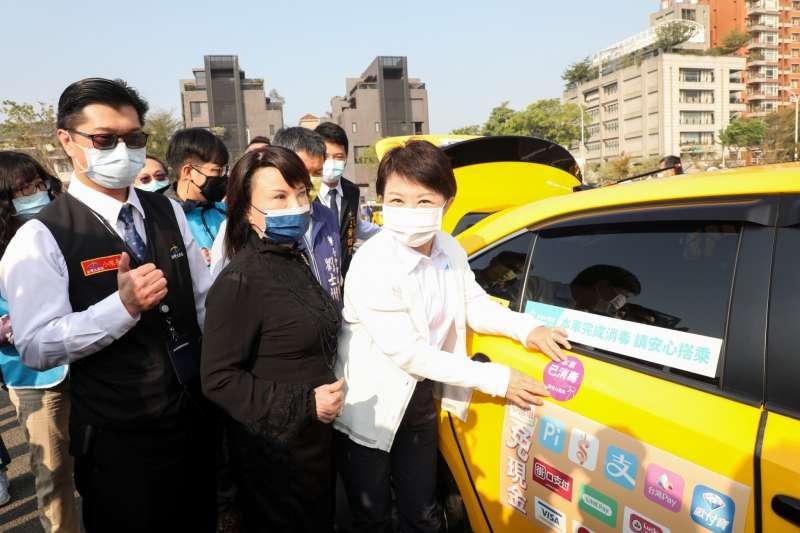 台中市長盧秀燕為計程車貼上紫色的「本車已消毒」貼紙標示。(圖/台中市政府)