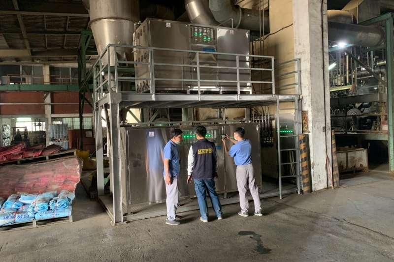 環保局稽查人員到傳出異味工廠現場,確認去除異味臭氧機使用情形。(圖/高雄市環保局提供)