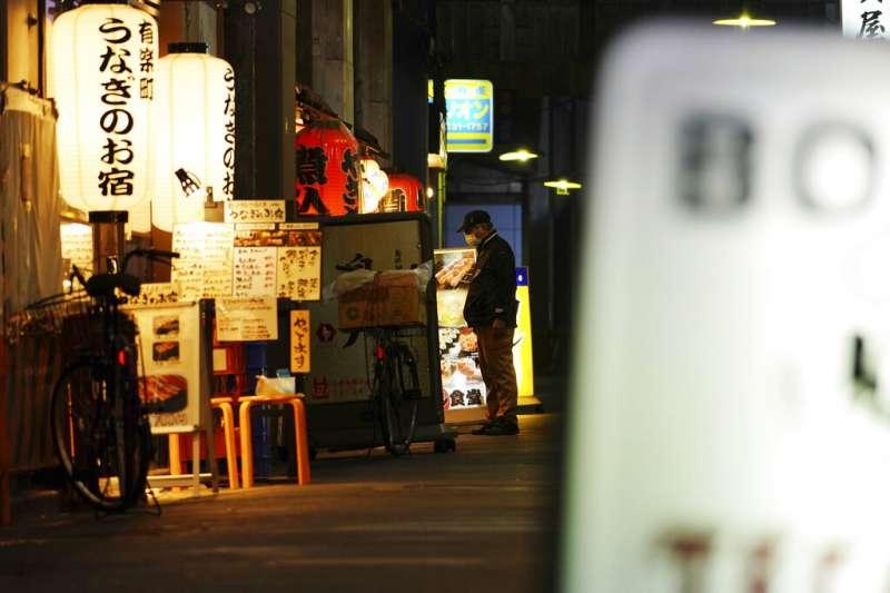 在緊急事態下苦撐待變的東京小酒館。(美聯社)