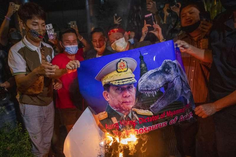 旅居泰國的緬甸人在抗議中焚燒敏昂萊的照片,抗議緬甸軍方發動政變。(美聯社)