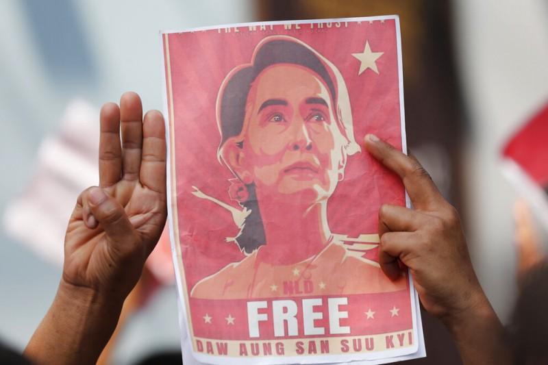 旅居泰國的緬甸民眾在曼谷抗議政變,參加示威者一同高舉三指、並且呼籲釋放翁山蘇姬。(美聯社)