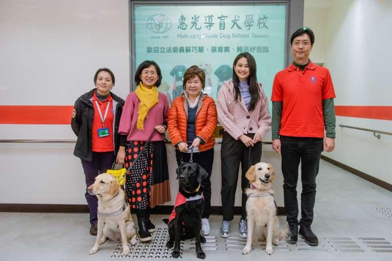 立委蘇巧慧、張育美和賴品妤(左二至左四)來到惠光導盲犬學校幫忙宣傳募款。(蘇巧慧辦公室提供)