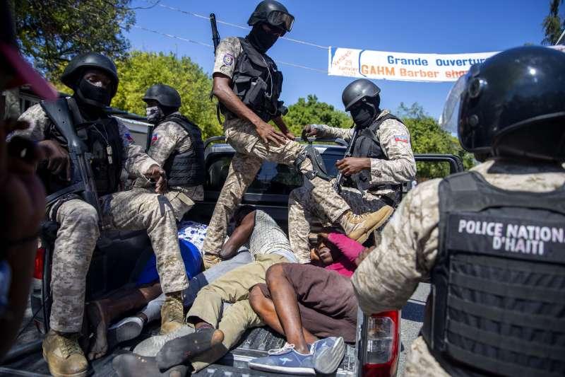 2021年2月7日,海地警方逮捕要求總統摩依士下台的示威者(AP)