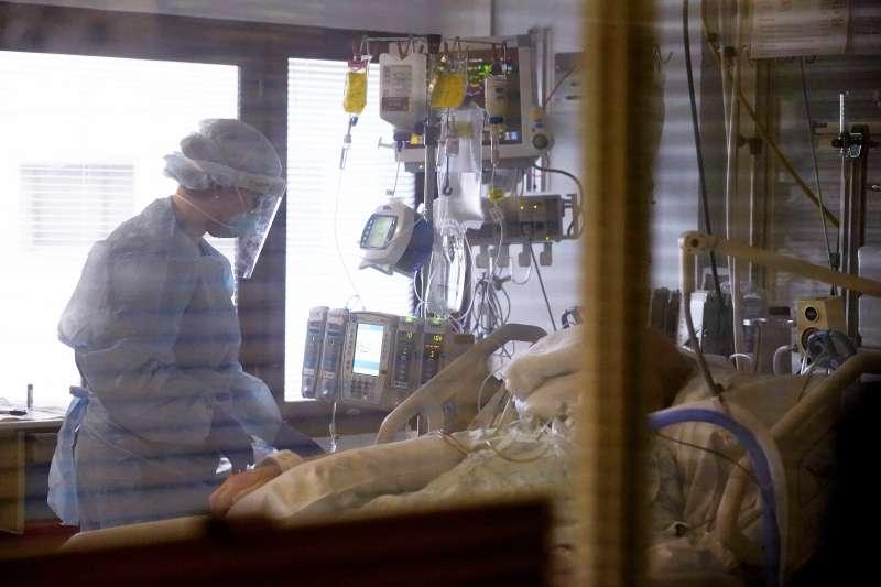 三分之一使用呼吸器的新冠肺炎病患出現嚴重PTSD症狀。圖為一名患者在西雅圖醫院接受診治。(美聯社)