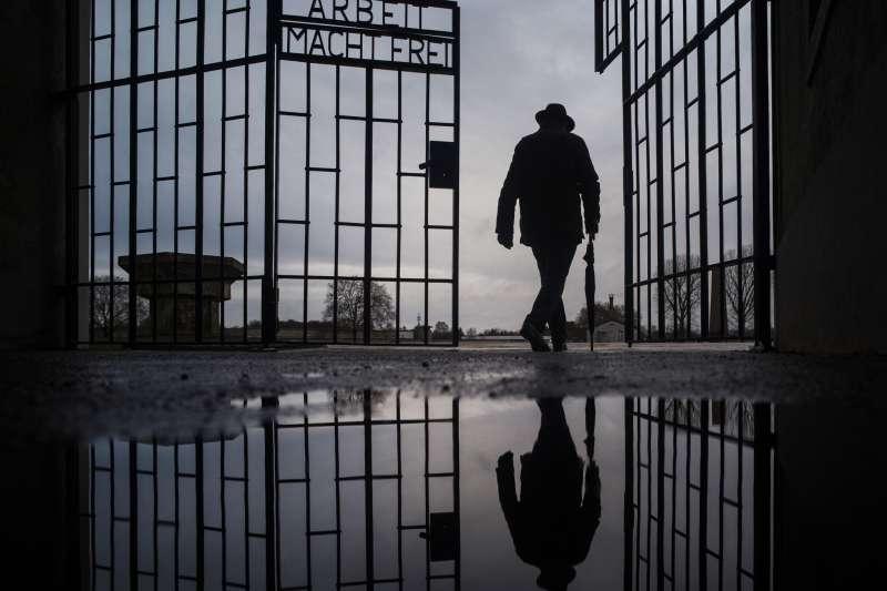 一名男子走過德國柏林郊區的薩克森豪森集中營紀念博物館的大門(美聯社)