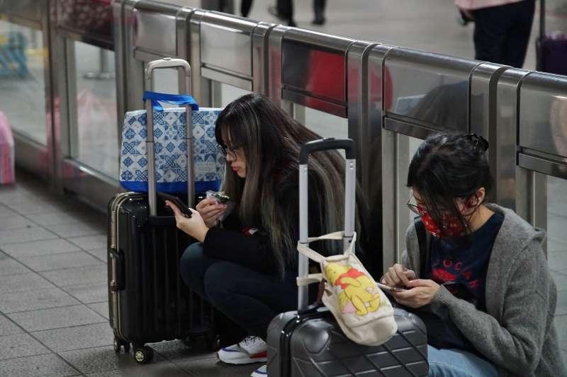 20210210-雙鐵祭出禁止飲食的防疫措施,許多民眾在進站前趕緊飽餐一頓。(盧逸峰攝)
