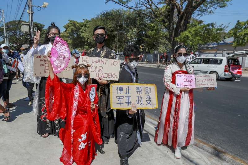 緬甸政變:示威民眾手持寫著中文的抗議標語(AP)