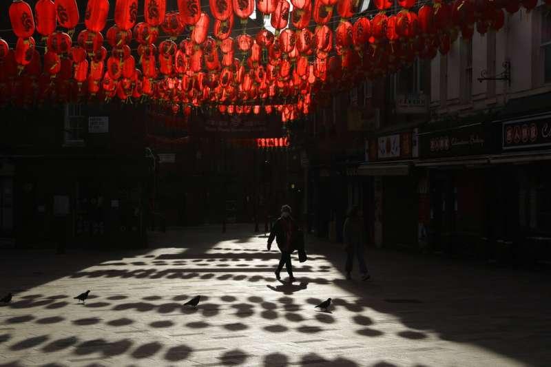 倫敦唐人街掛滿了紅色燈籠,慶祝牛年的到來,但幾乎沒有人氣。(美聯社)